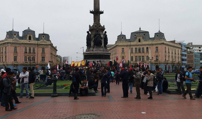 Docentes se reúnen en Plaza Dos de Mayo para anuncio de dirigentes