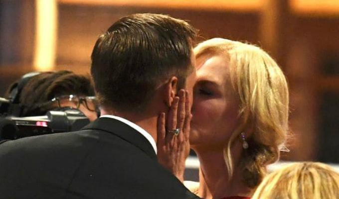 Emmy 2017: Nicole Kidman besó Alexander Skasgard frente a su esposo