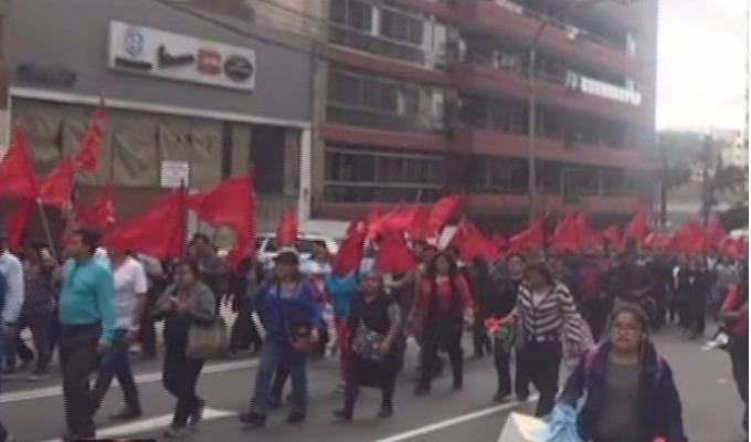 Investigarán protesta de maestros que portaban banderas rojas en Miraflores