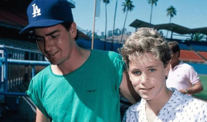 Acusan a Charlie Sheen de haber tenido sexo con actor de 13 años en 1986