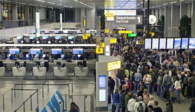 Policía dispara contra hombre armado en aeropuerto de Holanda