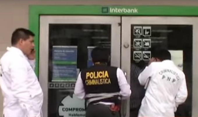 VMT: cámaras logran captar huida de delincuentes que acababan de asaltar un banco