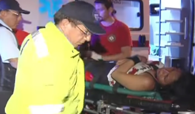 Mujer que fue lanzada desde el cuarto piso de un hotel permanece internada en hospital