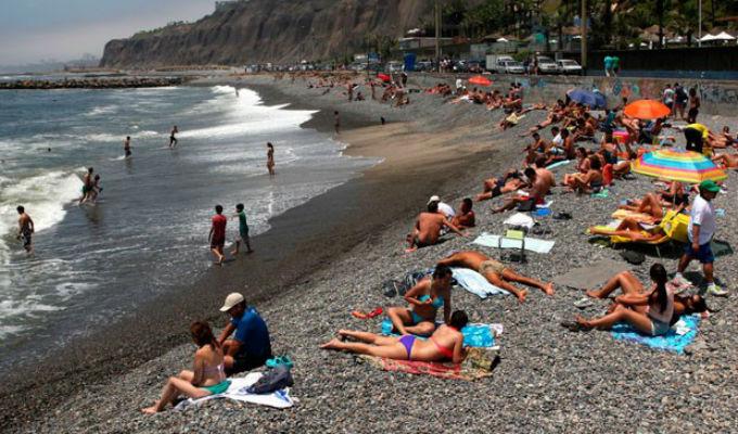 ¿Cómo protegerse del sol en un día de playa?