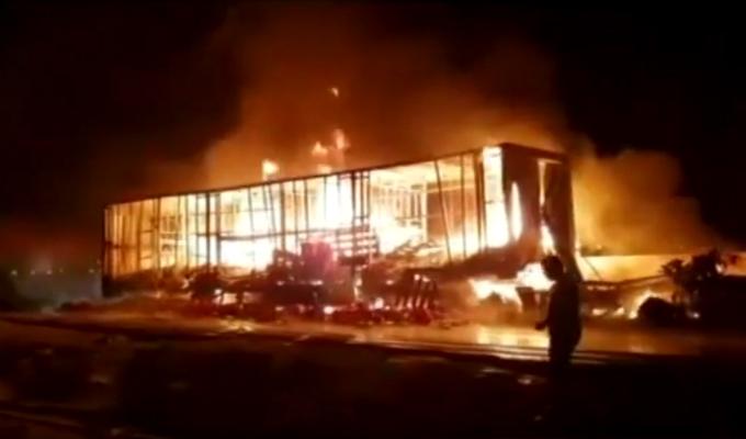 Ancón: chofer muere al incendiarse camión de gaseosas