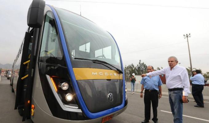 Alcalde Castañeda presenta buses que recorrerán 'Línea Amarilla'