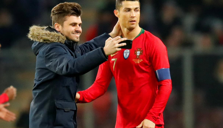 Portugal vs. Holanda: ¡Cristiano Ronaldo fue sorprendido así por un cariñoso fan! [VIDEO]