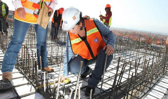 Mujeres se empoderan cada vez más en la minería y construcción