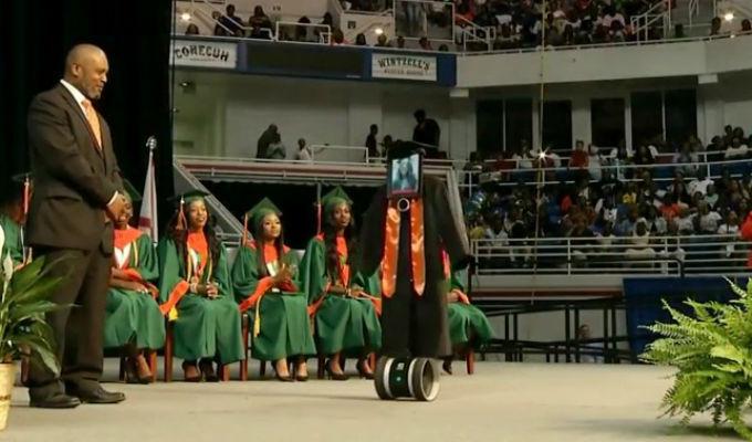 ¿Por qué este robot 'se graduó' en una secundaria de Estados Unidos? [VIDEO]