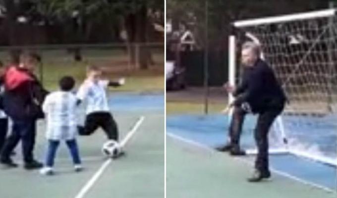 Mauricio Macri recibe pelotazo mientras jugaba fútbol con niños