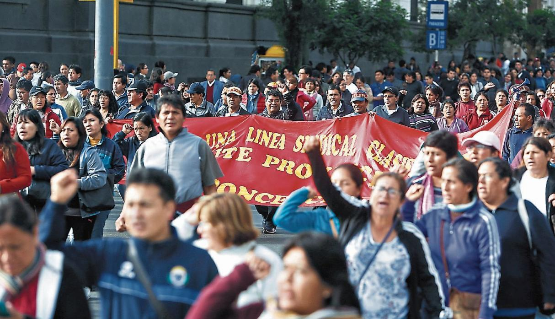 Maestros que acatan huelgan iniciaron marcha en el Centro de Lima
