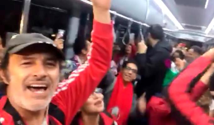 Rusia: Carlos Alcántara se une con hinchas y canta 'Contigo Perú'