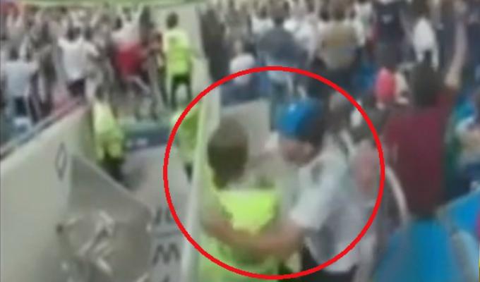 Hincha abrazó a joven de seguridad tras gol de Argentina