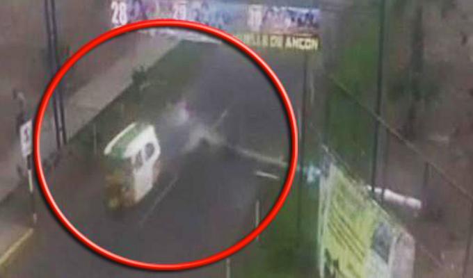 Ancón: mototaxista se salva de morir tras caída de un poste en la Panamericana Norte