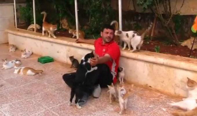 El 'Hombre gato' de Siria: Un héroe real que salva vidas sin distinción [VIDEO]