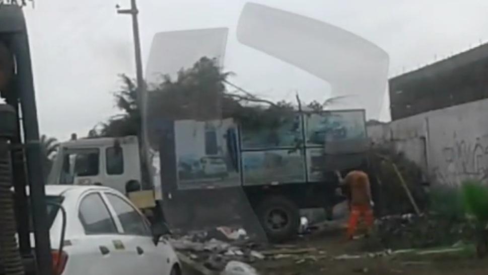 Chorrillos: Camión de la Municipalidad arroja basura en vía pública