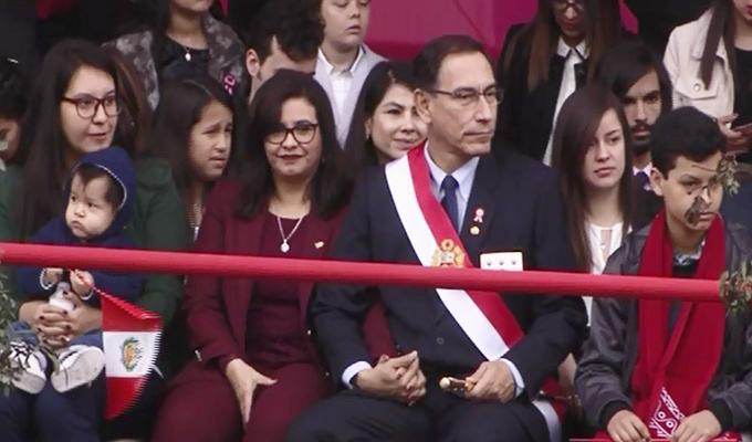 Presidente Vizcarra dejó estrado oficial para sentarse en tribuna con su familia