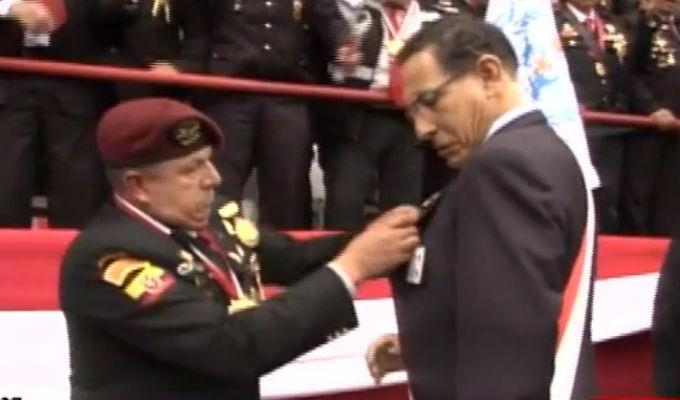 Gran Parada Militar: Vizcarra fue condecorado por veteranos de guerra de Ecuador