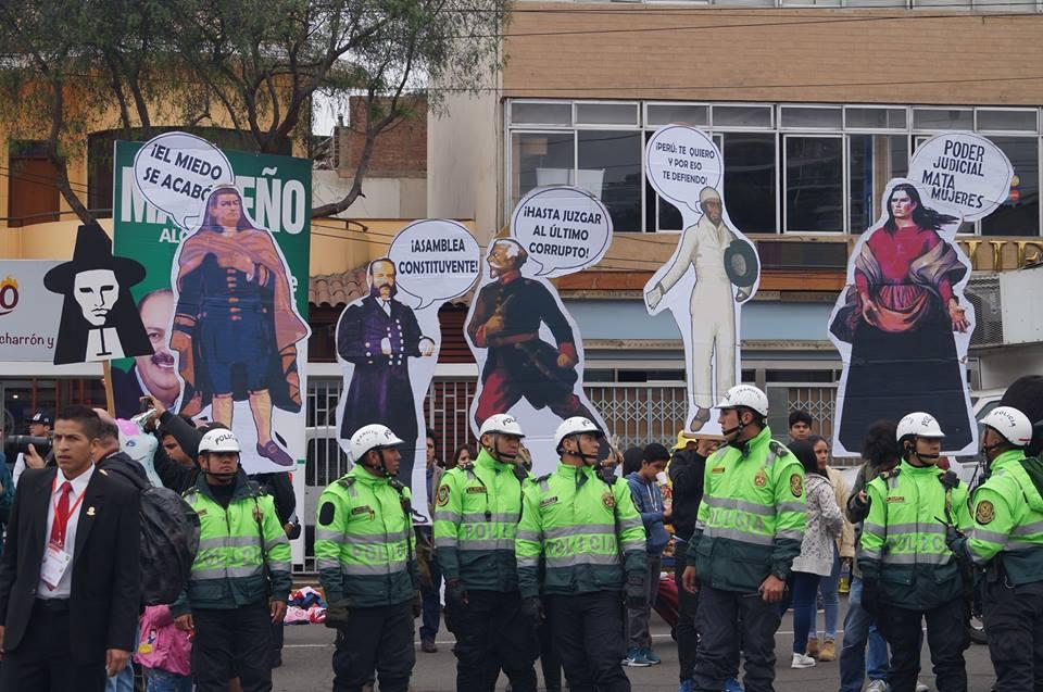 Colectivos marcharon durante Parada Militar en rechazo a escándalo de corrupción