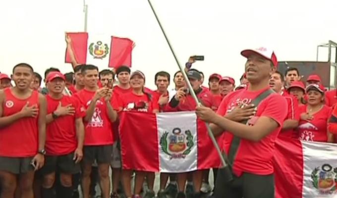Cientos de deportistas entonaron el Himno desde la cima de cerro San Cristóbal