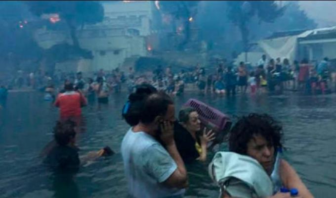 Grecia: mire cómo las personas escapan al mar para refugiarse de incendios