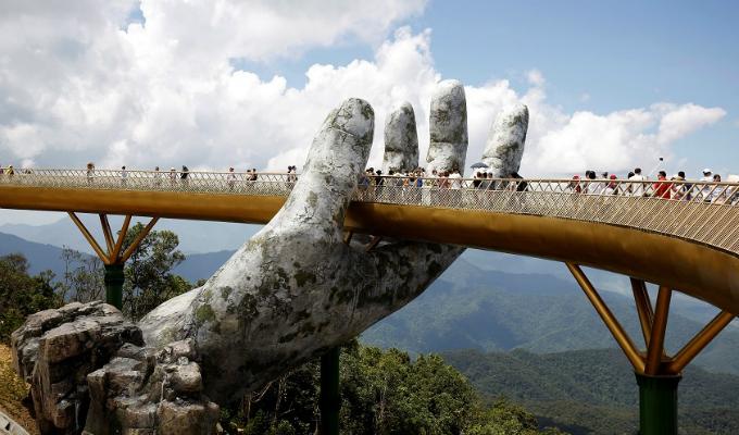 Vietnam: Cientos de turistas visitan 'Puente de Oro'
