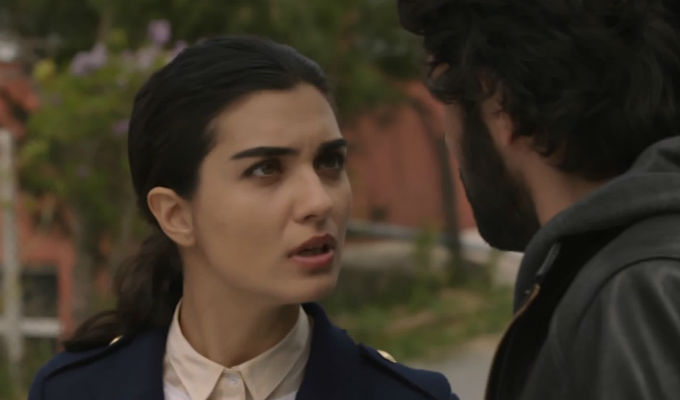 Kara Para Ask: ¡El peligro une cada vez más a Elif y Omar! [VIDEO]