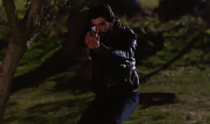 Kara Para Ask: ¡Omar va al rescate de Nilüfer, pero el peligro acecha! [VIDEO]