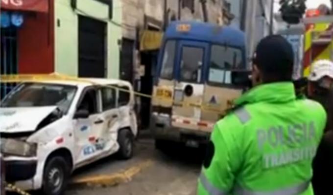 Aparatoso choque entre cúster y taxi deja un muerto en av. Arenales