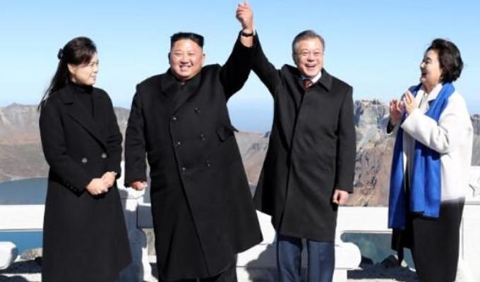El presidente surcoreano Moon Jae-in visita monte sagrado acompañado de Kim Jong Un