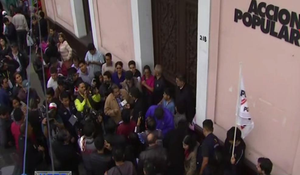Simpatizantes de Acción Popular llegan hasta local partidario para celebrar virtual elección