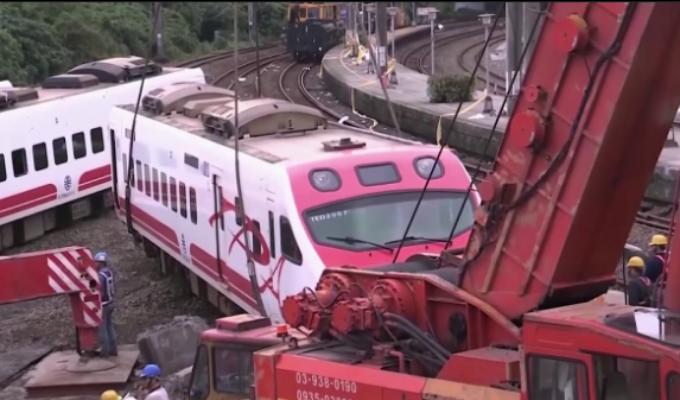 Taiwan: mire cómo se descarriló un tren por exceso de velocidad