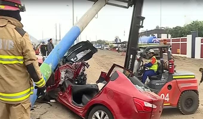 Suboficial de la Marina choca su auto contra un poste en Ventanilla