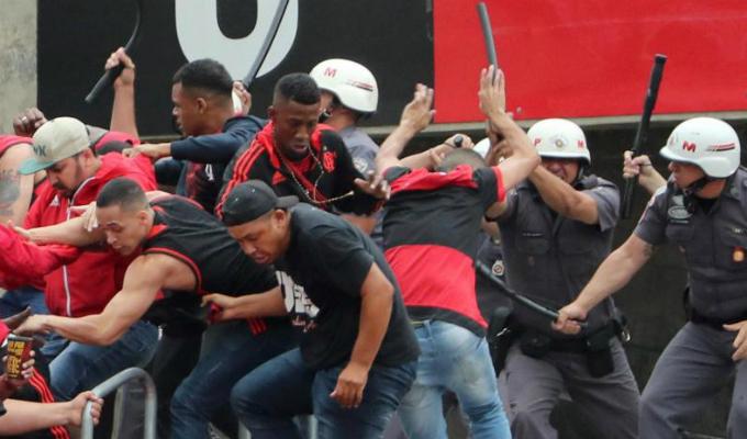 Brasil: policías se enfrentan fuertemente a hinchas para calmar a aficionados