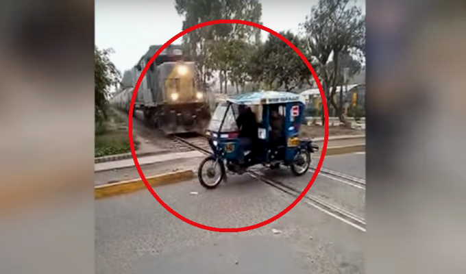 Ate: conductor de mototaxi casi es arrollado por tren