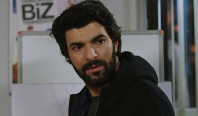 Kara Para Ask: ¡El plan de Omar es descubierto y Elif peligra! [VIDEO]