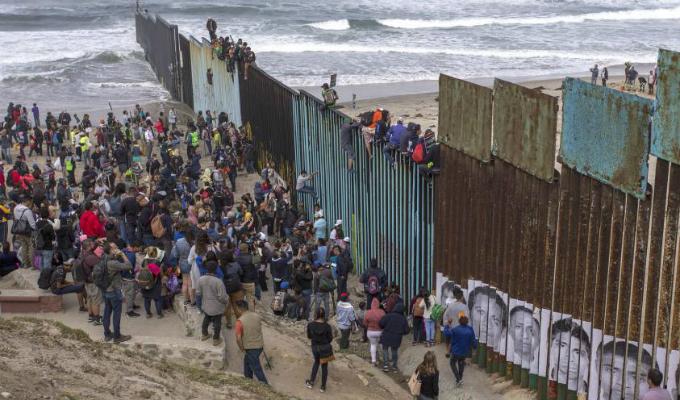 EE.UU: inmigrantes trepan valla en un intento desesperando por ingresar al país