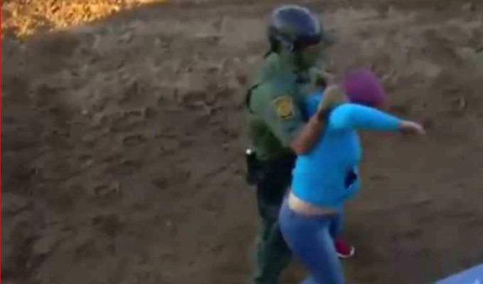 Papá lanza a bebé en valla fronteriza entre EEUU y México