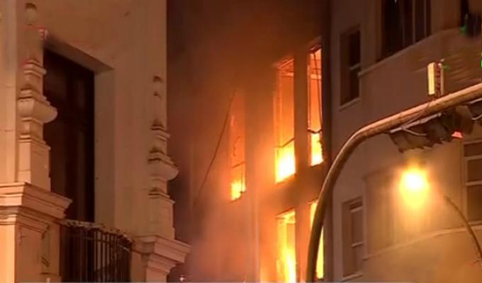 Advierten peligro de explosiones en incendio de jirón Cailloma