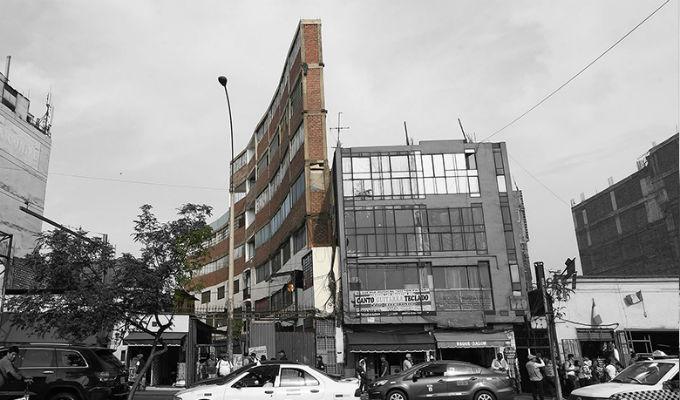 Monumento a la informalidad: continúa construcción de edificio de un metro de ancho