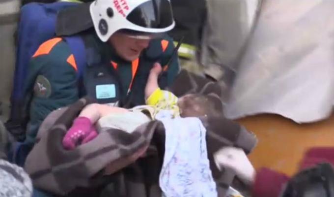 Rusia: bebé fue rescatado con vida tras derrumbe de edificio