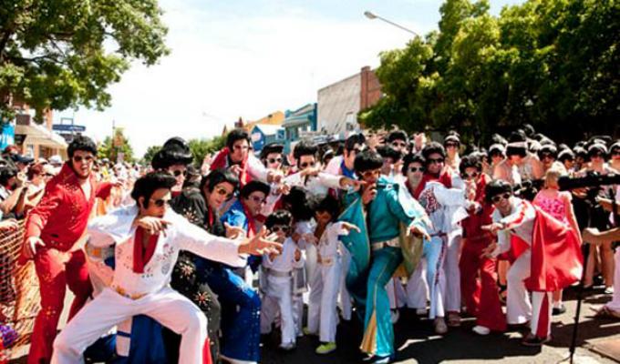 Australia: cientos de fanáticos rinden homenaje a Elvis Presley en festival anual