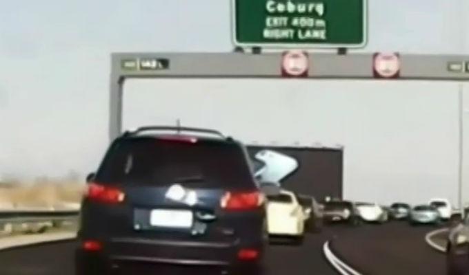Australia: Conductora quedó herida tras caerle un cartel en autopista