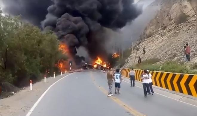 Fuego consumió vehículos en la Carretera Central tras choque múltiple