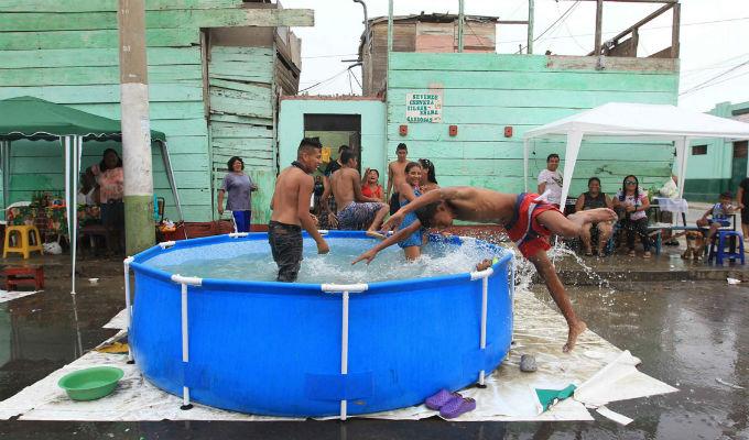 Vecinos del Callao vuelven a instalar más piscinas inflables