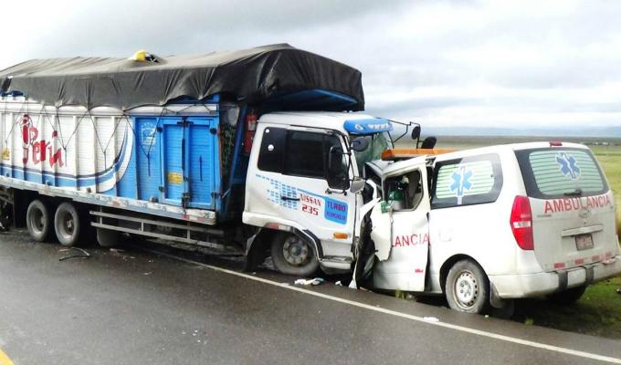 Pasco: Cuatro personas fallecen en choque frontal entre una ambulancia y un camión