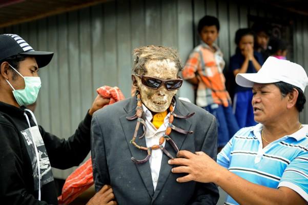 FOTOS: conoce el festival de limpieza de cadáveres