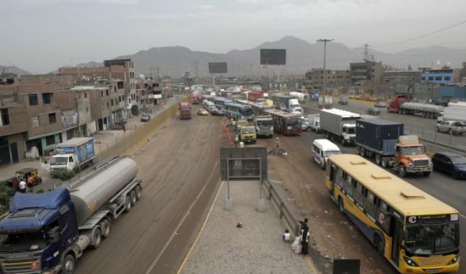 Vía de Evitamiento: caos vehicular por derrame de aceite