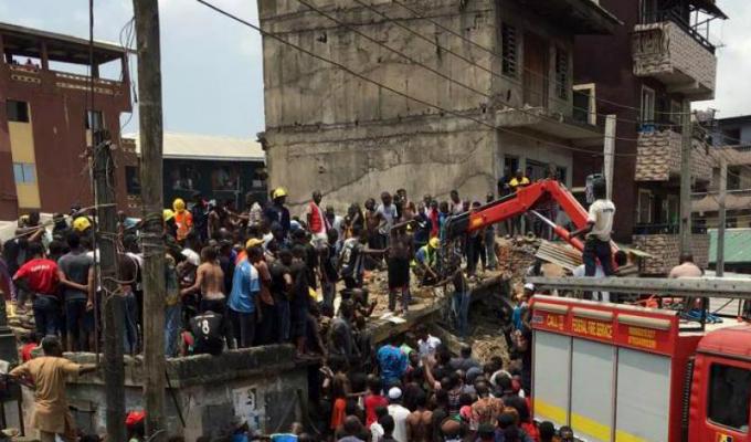 Nigeria: más de 100 niños atrapados por derrumbe de colegio