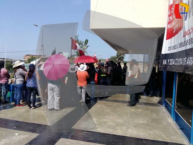 """Comerciantes informales de """"La Cachina"""" protestan frente a la Municipalidad de Villa El Salvador"""